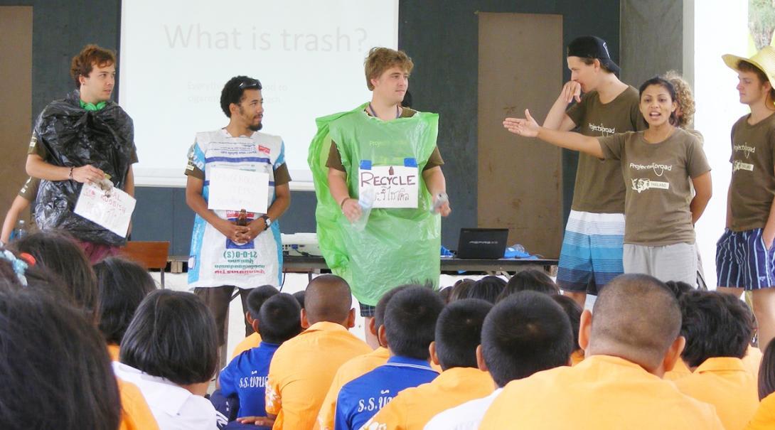 タイの子供たちへのリサイクル指導にあたる高校生環境保護ボランティア